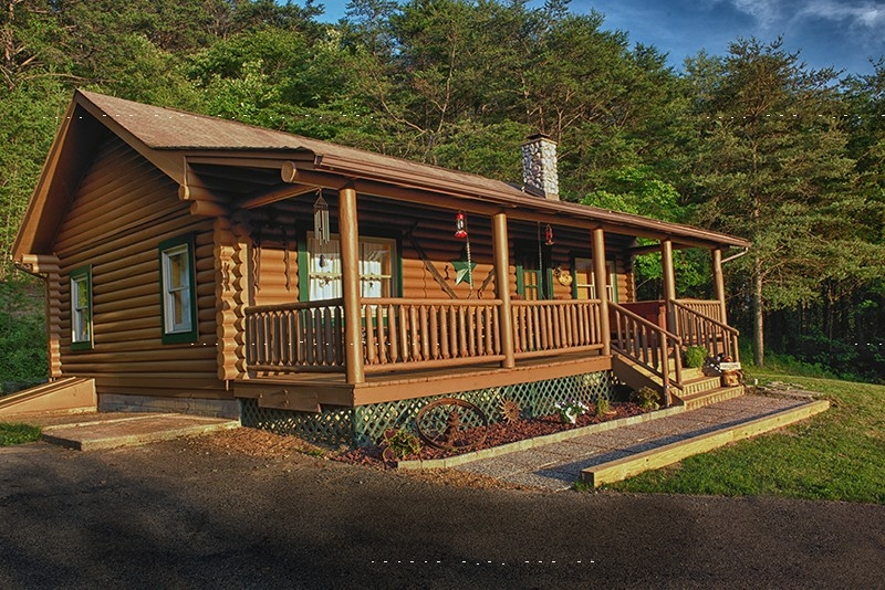 Eagle View Retreat - Sleeps of to 10 guests. 3 bedrooms with queen size beds, one bedroom with 4 twin beds. 2 bathrooms, 6 person hot tub, fully stocked kitchen with stainless steel appliances, leather furniture, wifi, 55  36 flat screen TV