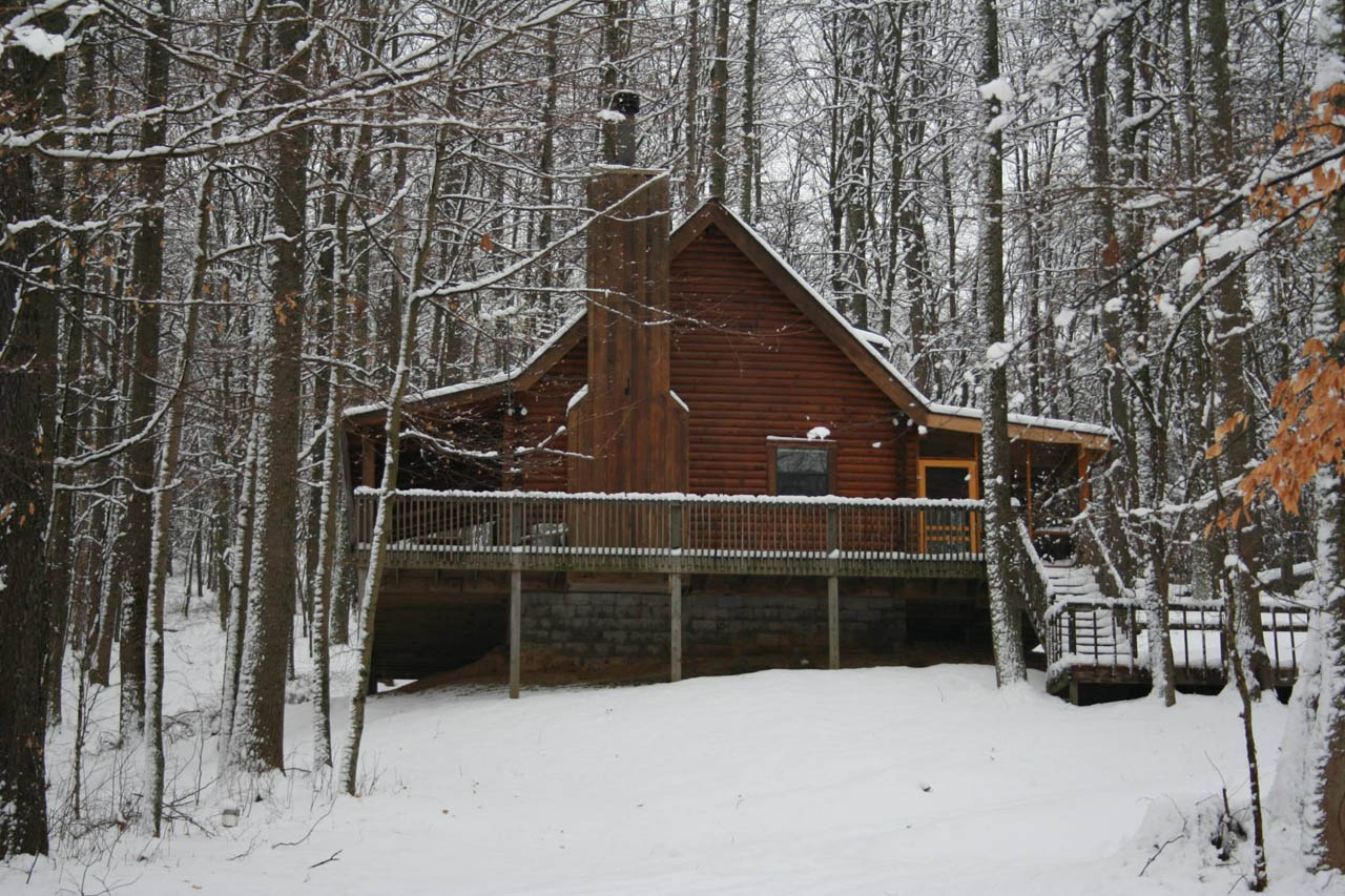 Lincoln Log Cabin - Privately Located.