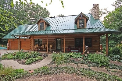 Rusty Horse Lodge - Luxury Lodge sleeps up to 14 guests. Central location to parks and dining. Spacious 3300 square feet with 3 private bedroom 3.5 baths and private loft. Gas fireplace and private hot tub. Finished lower level with ping pong table.