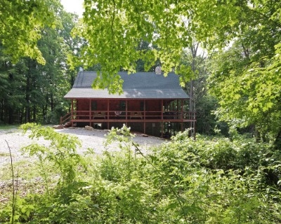 Hillcrest Lodge - Accommodations for up 14 guests. Only minutes to parks and dining. Private 8 person hot tub and stone wood burning fireplace.