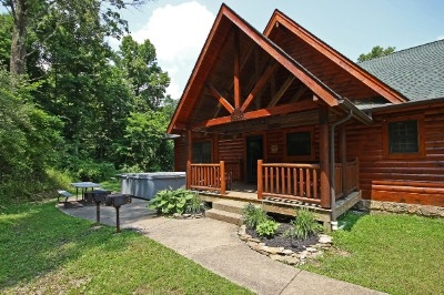 Westwind Lodge - Sleeps up to 20 guests. Central location to Old Mans Cave and other Hocking Hills attractions. Double kitchens and great rooms. 7 bedrooms 4 bathrooms and a loft.
