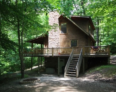 Lincoln cabin - 3 bedrooms 2 baths on secluded wooded location. Sleeps up to 8. Finished lower level. Wood burning fireplace. Hot tub and satellite TV.