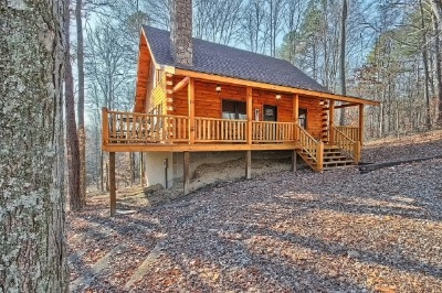 Hickory Hollow Retreat - Sleeps up to 8. 3 bedrooms 2 bathrooms. Only 2 miles to Old Mans Cave. Wood burning fireplace and 8 person hot tub.
