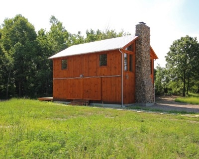 The Barn at Pumpkin Ridge - Private and beautiful Barn cabin on 90 acres. Property includes stables for horse accommodations. Sleeps up to 5. Private gazebo with hot tub. 2 wood burning fireplaces.