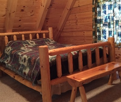 Dogwood Cabin - Loft bedroom with Queen size bed