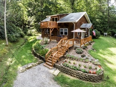 The Cottage at Marsh Hollow - Private location on a quiet township road in the Hocking Hills, close to all the major attractions.