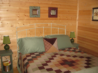 Twin Oak master bedroom - A comfy queen-sized bed awaits!