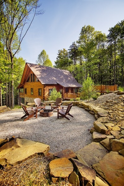 Firepit and cabin - The firepit was designed to allow for peak views and star gazing.