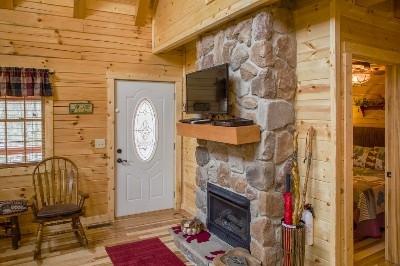 Hidden Gem Retreat - front room / fireplace