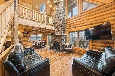 Family room - Beautiful open floor plan makes this lodge the perfect place for families and friends to gather.