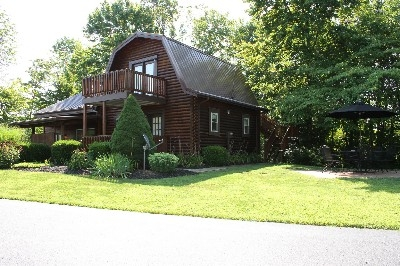 PA Barn Log Cabin - The PA Barn includes one private bedroom and a loft with two queens.  It has an outdoor fire-pit, hot tub, fully equipped kitchen and more!