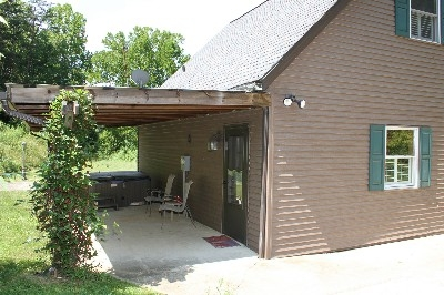 Rush Creek Cottage - Hot tub under covered porch.
