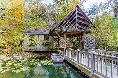 The Boat - The boat is provided with your stay at the boathouse. Spend the day paddling around the 2.5 acre lake. Catch and release fishing - bountifully stocked!