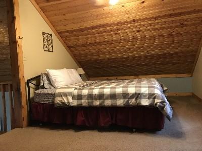 Loft bedroom - Queen size bed in loft