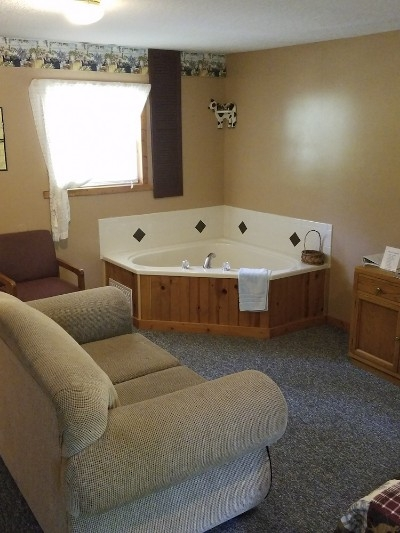 Cabin 3 - Jacuzzi Tub - Enjoy soaking in our large jacuzzi tub after a long hike.