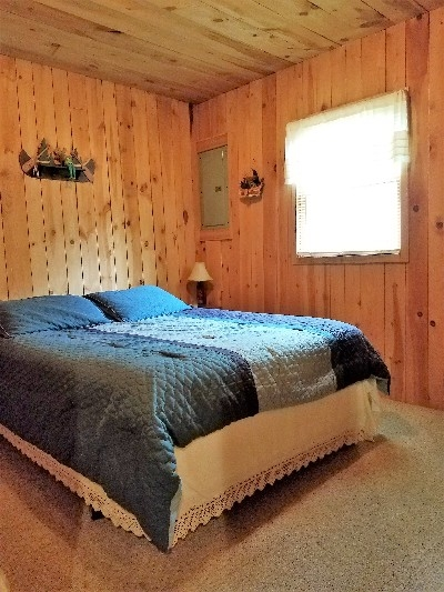 Queen bedroom - cozy cabin queen bed