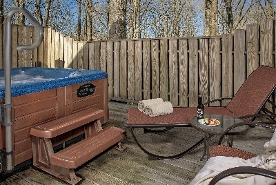 The Bruce Croft - The Bruce deck and hot tub