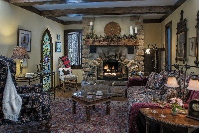 Manor House parlor - The beautiful parlor welcomes guests.