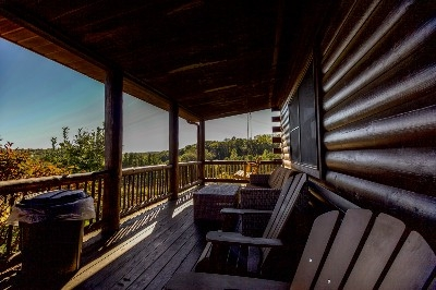 Big Sky Lodge - Porch and Porch Swing