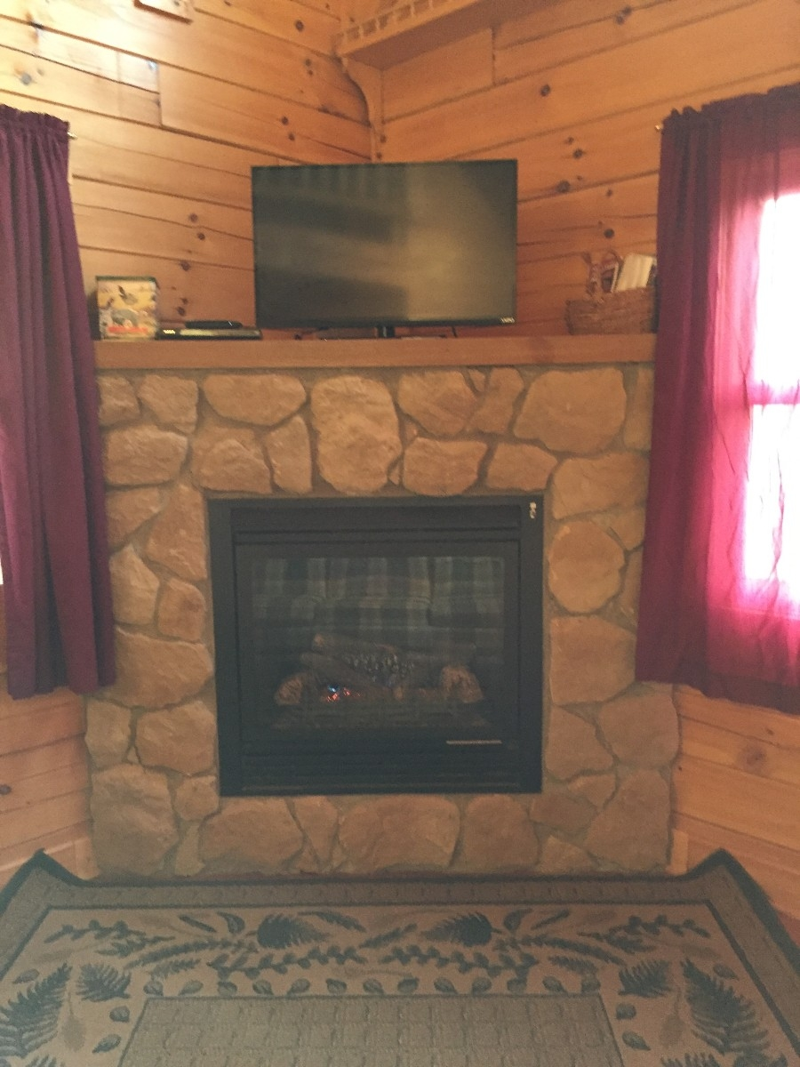 Acorn Cabin - Fireplace