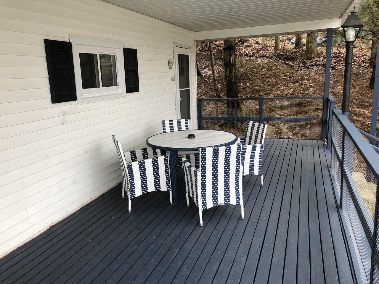 Side deck - Dine al fresco on your roomy deck.