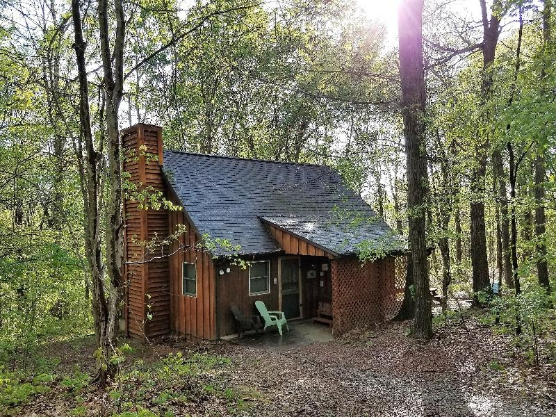 Loft cabin in the woods - Super cozy loft cabin with hot tub on covered porch