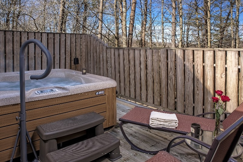The MacTavish Cottage - The MacTavish Cottage hot tub and deck