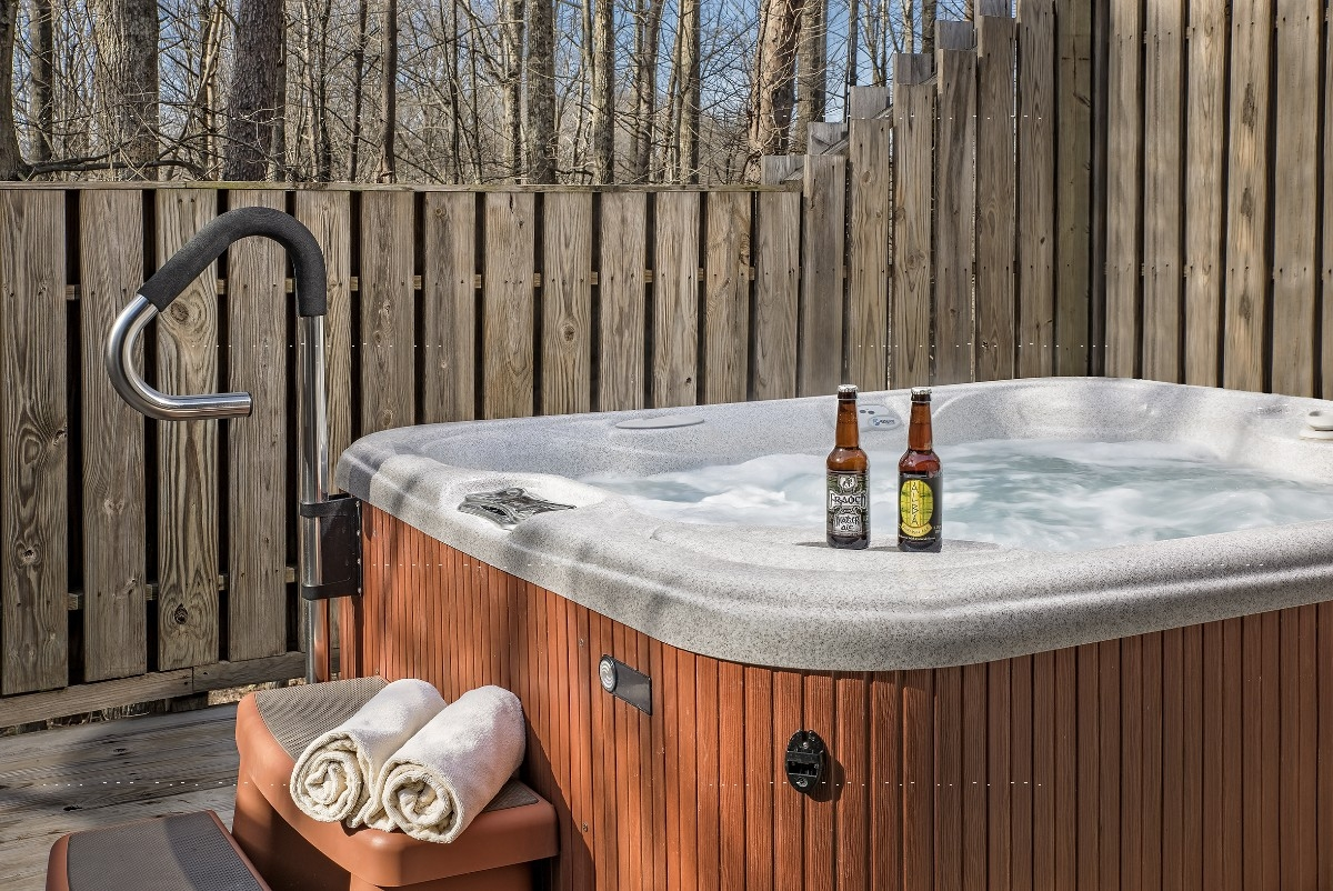 The Wallace Cottage - The Wallace Cottage deck with hot tub