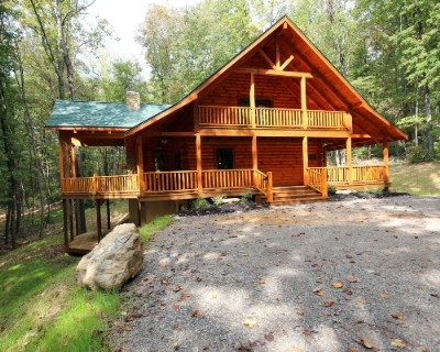 Starry Knight Lodge - Sleeps up to 17. 4 bedrooms and 4.5 baths. Only minutes to the Hocking Hills State Forest and bridle trails. Outdoor fireplace and 8 person hot tub