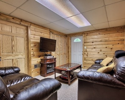 Lincoln cabin - Finished lower level. Electric fireplace. Flat screen with satellite TV and foosball table.
