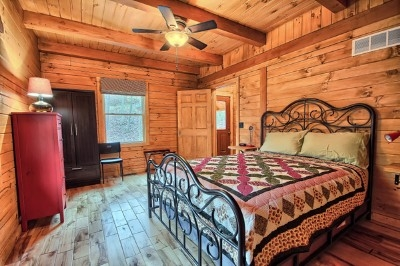 Shadyside Cabin - The downstairs bedroom with beautiful hickory floors.