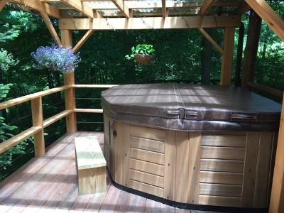 Hot Tub - Hot tub deck