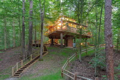 White Oak  Hocking Hills Treehouse Cabins - Elevate your next getaway at Hocking Hills Treehouse Cabins.