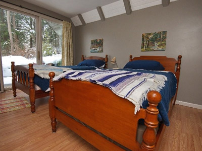 2 Twin Beds - Bedroom with 2 Twin Beds