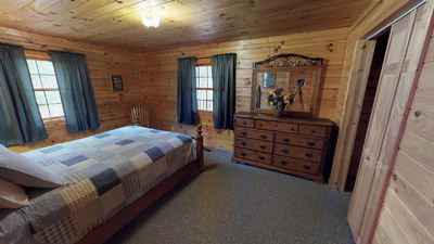 Queen bedroom - Main Floor