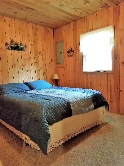 Queen bedroom - cozy cabin queen bed