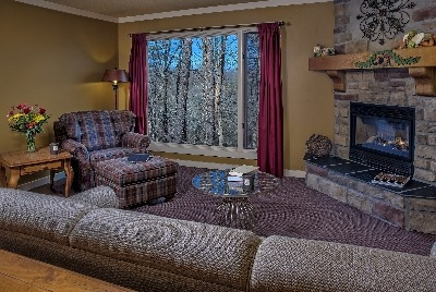 The MacTavish Cottage - The MacTavish Cottage sitting area with fireplace
