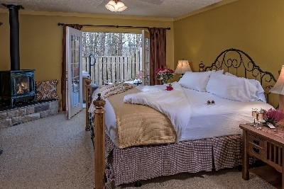 The MacIntosh Cottage - The MacIntosh Cottage bedroom and fireplace