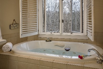 The Campbell Room - The Campbell tub/bath area
